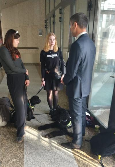 Anne-Fleur en Nine met staatssecretaris Blokhuis tijdens het vorige AO over de GGZ